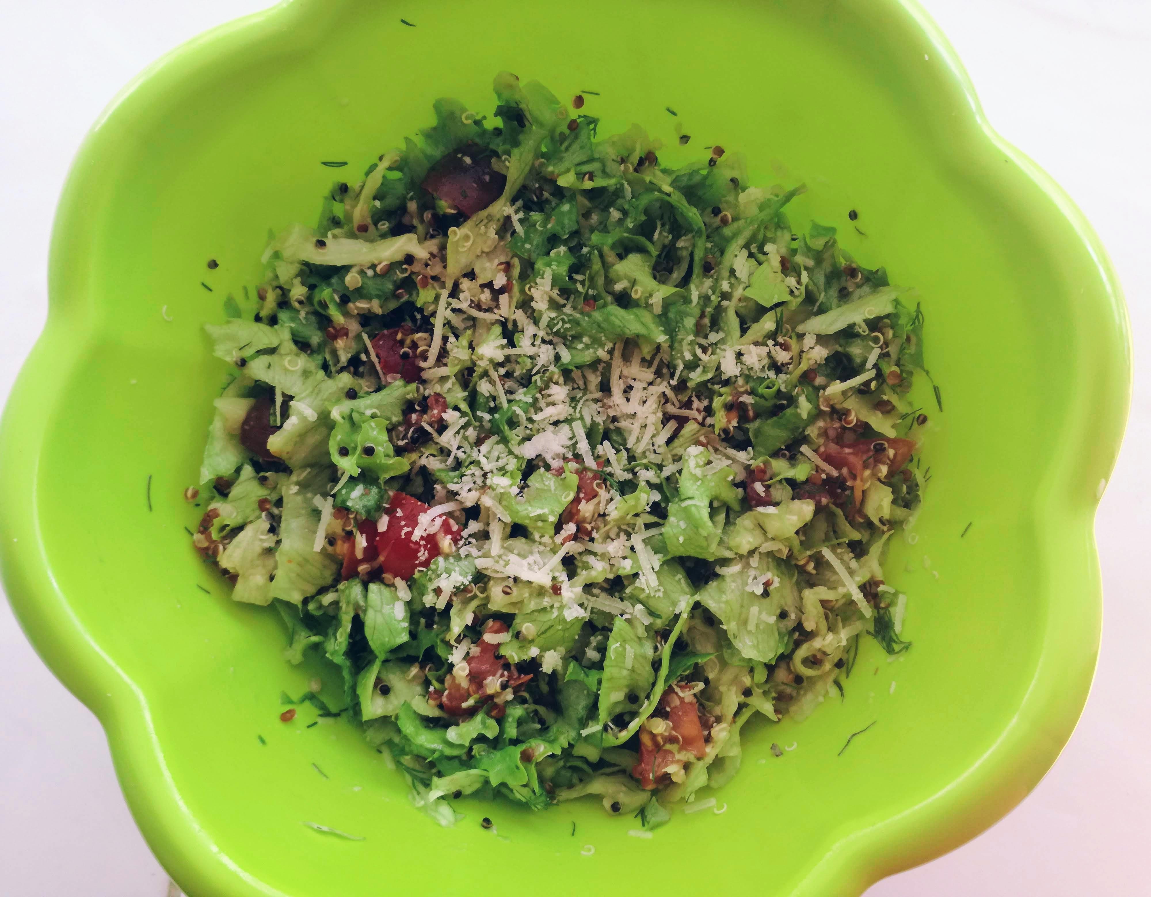 Salată low FODMAP de primăvară – sățioasă și sănătoasă